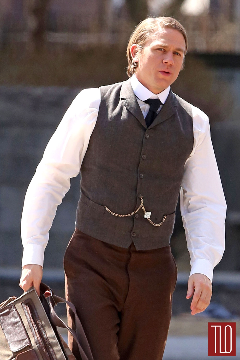 Charlie-Hunnam-Crimson-Peak-On-Set-Tom-Loenzo-Site-TLO (1)