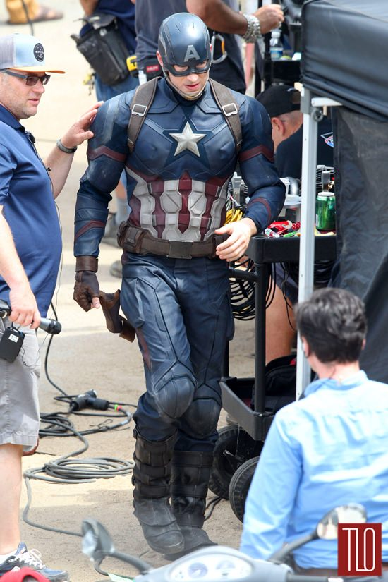 Chris-Evans-On-Set-Captain-America-Civil-War-Tom-Lorenzo-Site-TLO (5)