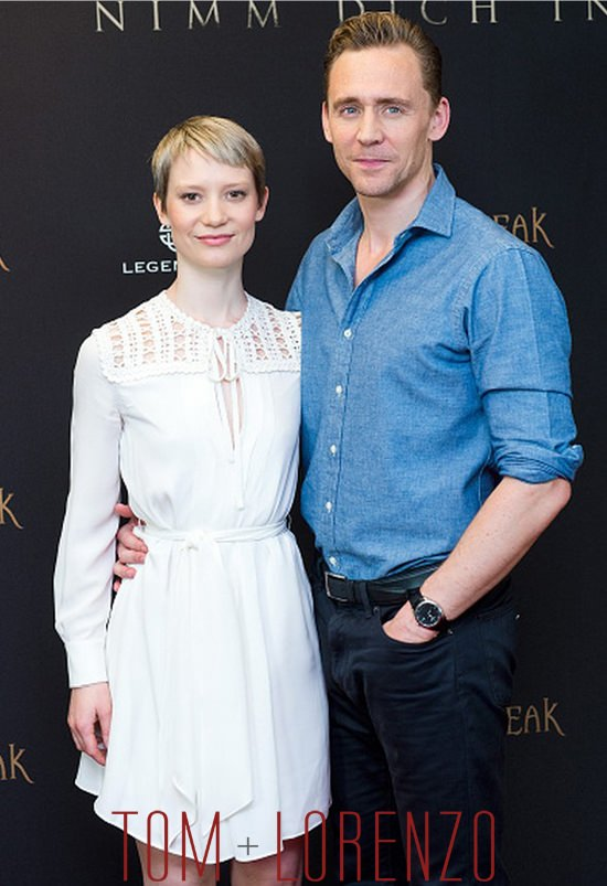 Mia-Wasikowska-Tom-Hiddleston-Crimson-Peak-Berlin-Photocall-Tom-Lorenzo-Site (6)