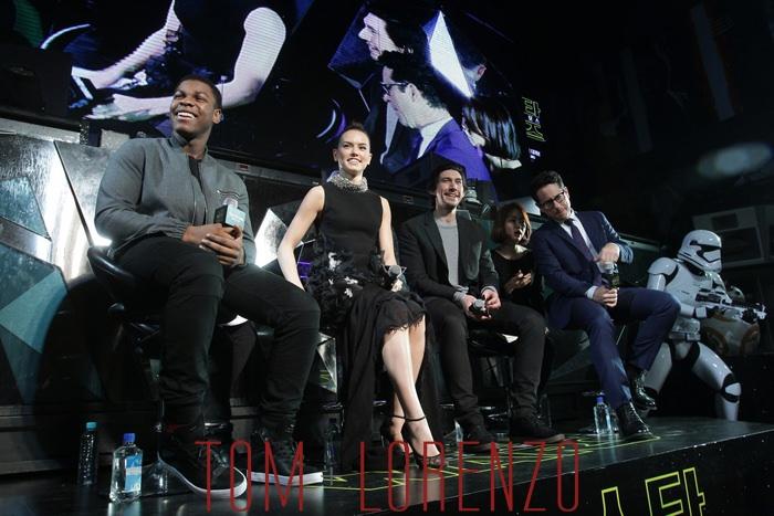 Star-Wars-Force-Awakens-South-Korea-Fan-Event-Daisy-Ridley-Fashion-Giambattista-Valli-Tom-Lorenzo-Site (7)