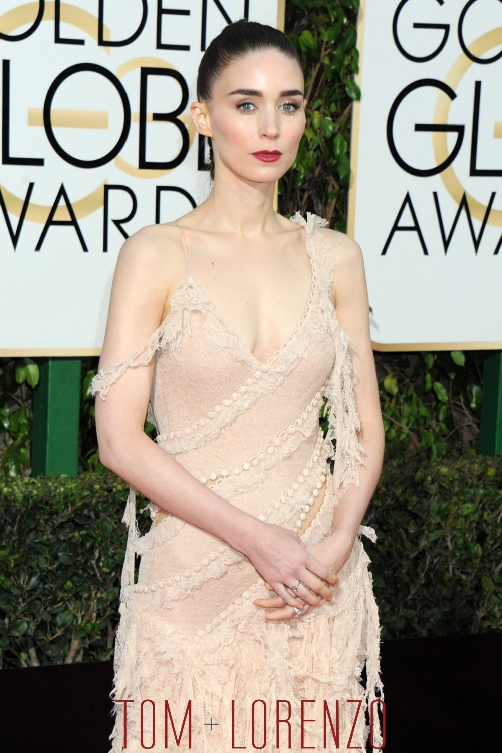 Rooney-Mara-Golden-Globes-2016-Red-Carpet-Fashion-Alexander-McQueen-Tom-Lorenzo-Site (1)