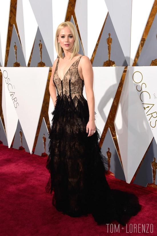 Jennifer-Lawrence-Oscars-2016-Red-Carpet-Fashion-Christian-Dior-Couture-Tom-Lorenzo-Site-TLO (8)