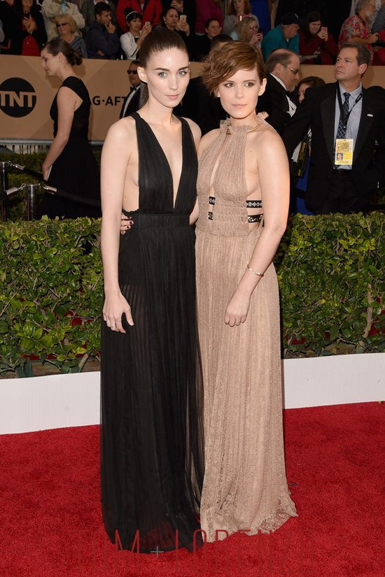 Kate-Mara-Rooney-Mara-SAG-Awards-2016-Red-Carpet-Fashion-Valentino-Tom-Lorenzo-Site (9)