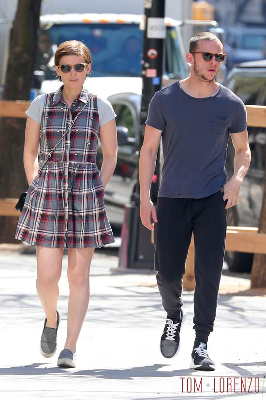 150815, Kate Mara and Jamie Bell take a stroll together in SoHo. New York City, New York - Monday April 18, 2016. Photograph: © , PacificCoastNews. Los Angeles Office: +1 310.822.0419 UK Office: +44 (0) 20 7421 6000 sales@pacificcoastnews.com FEE MUST BE AGREED PRIOR TO USAGE