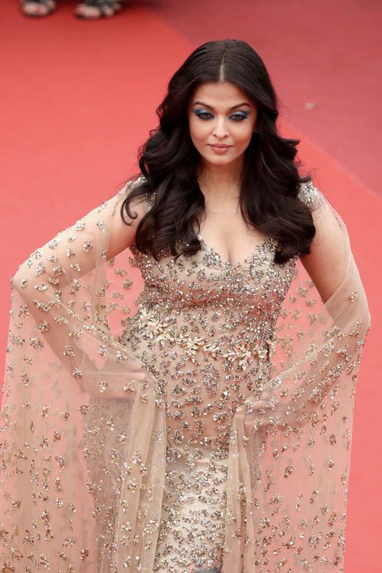 Aishwarya-Rai-Cannes-Film-Festival-2016-Red-Carpet-Fashion-Ali-Younes-Couture-Tom-Lorenzo-Site (5)
