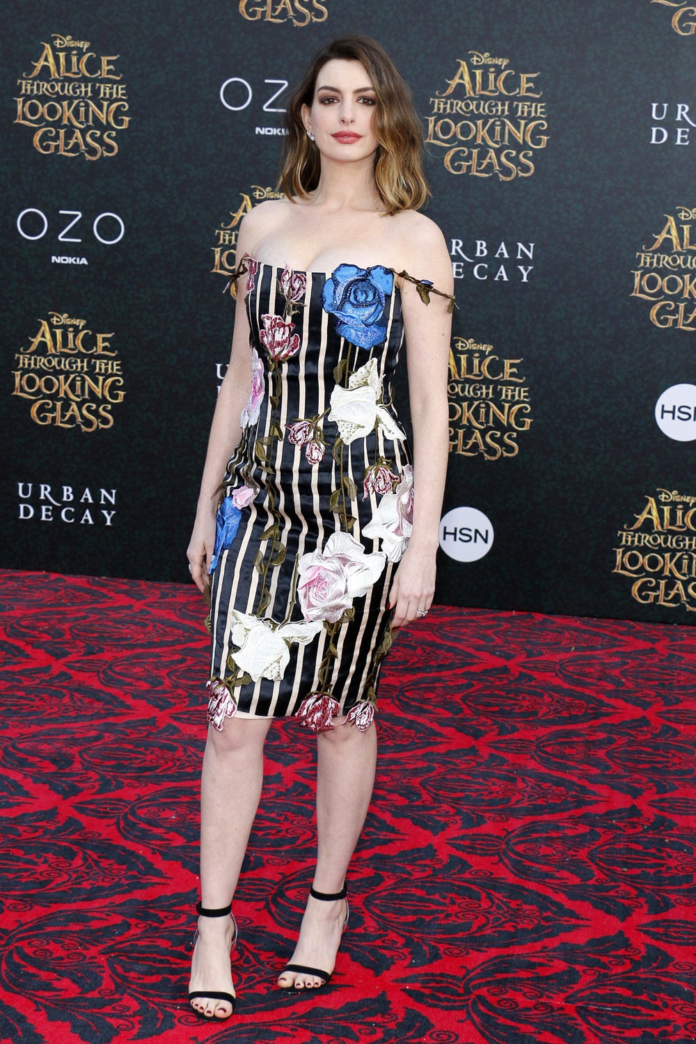 Anne-Hathaway-Alice-Through-The-Looking-Glass-Movie-Premiere-Red-Carpet-Fashion-Christopher-Kane-Tom-Lorenzo-Site (1)