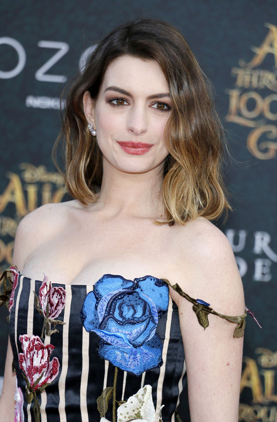 Anne-Hathaway-Alice-Through-The-Looking-Glass-Movie-Premiere-Red-Carpet-Fashion-Christopher-Kane-Tom-Lorenzo-Site (11)