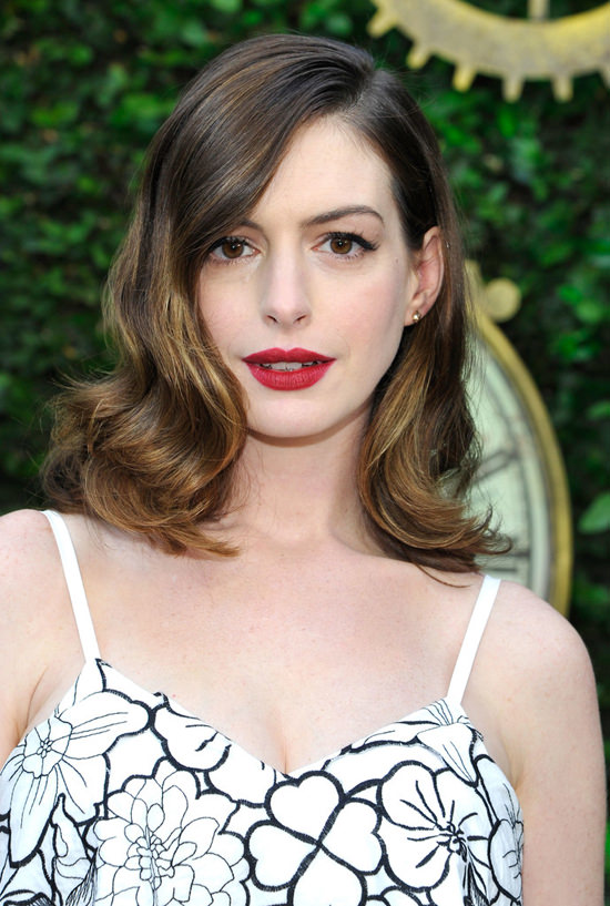 Anne-Hathaway-Alice-Through-The-Looking-Glass-Roseak-Event-Red-Carpet-Fashion-Disaya-Tom-Lorenzo-Site (3)