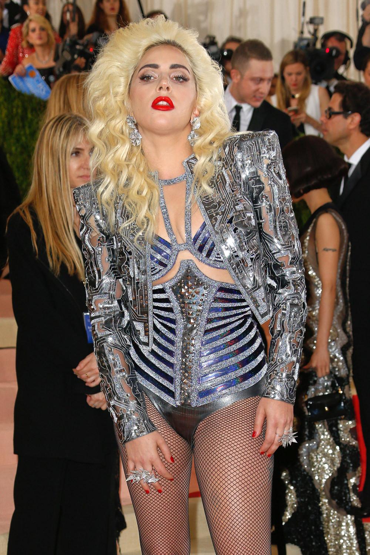 Met Gala 2016 Lady Gaga In Atelier Versace Tom Lorenzo
