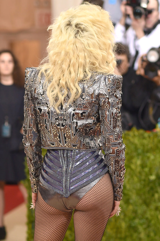 Lady-Gaga-Met-Gala-2016-Red-Carpet-Atelier-Versace-Tom-Lorenzo-Site (7)