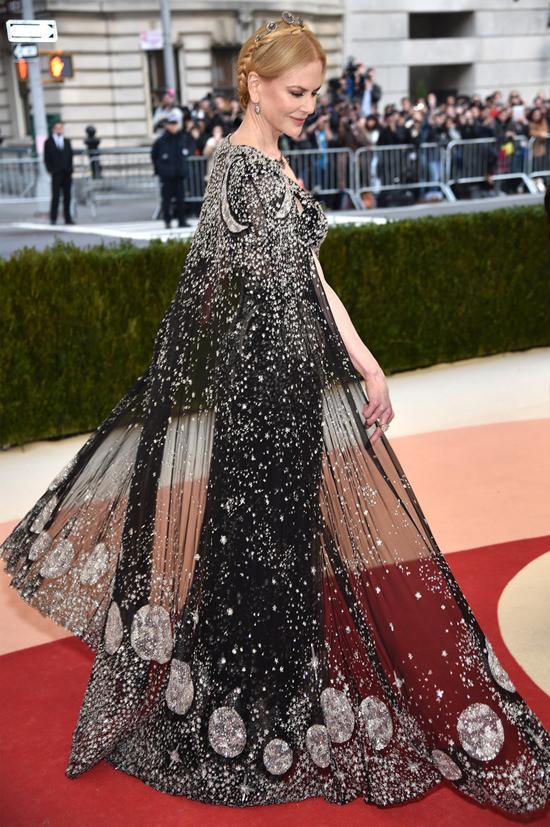 Nicole-Kidman-Met-Gala-2016-Red-Carpet-Fashion-Alexander-McQueen-Tom-Lorenzo-Site (8)