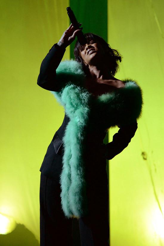 Rihanna-Billboard-Music-Awards-2016-Red-Carpet-Fashion-Thierry-Mugler-Dries-Van-Noten-Tom-Lorenzo-Site (8)