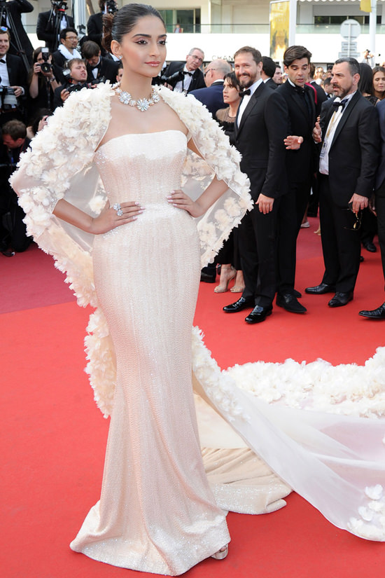 Sonam-Kapoor-Loving-Premiere-Cannes-Film-Festival-2016-Red-Carpet-Fashion-Ralph-Russo-Tom-Lorenzo-Site (2)