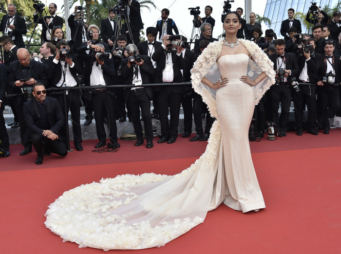Sonam-Kapoor-Loving-Premiere-Cannes-Film-Festival-2016-Red-Carpet-Fashion-Ralph-Russo-Tom-Lorenzo-Site (5)