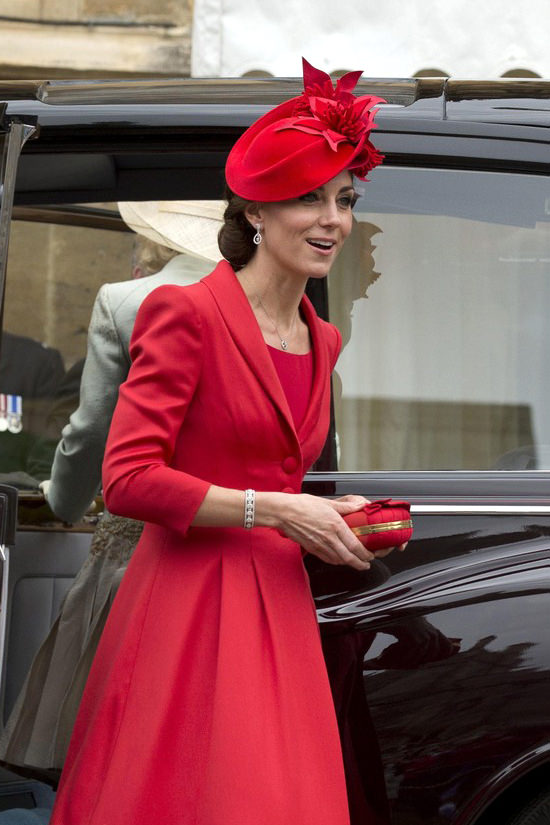Catherine-Duchess-Cambridge-Order-Garter-Ceremony-Fashion-Catherine-Walker-Tom-Lorenzo-Site (4)