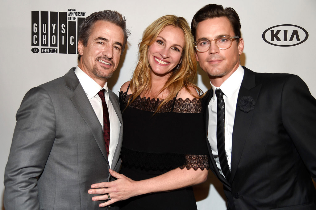 Dermot-Mulroney-Julia-Roberts-Matt-Bomer-Spike-TV-2016-Guys-Choice-Awards-Red-Carpet-Fashion-Tom-Lorenzo-Site (1)