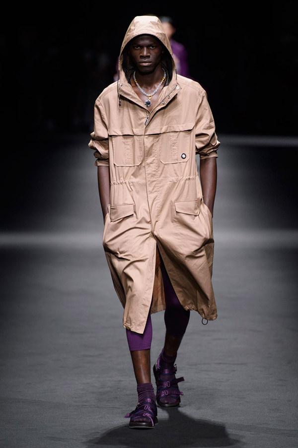 Versace-Spring-2017-Menswear-Runway-Milan-Fashion-Week-Tom-Lorenzo-Site (14)