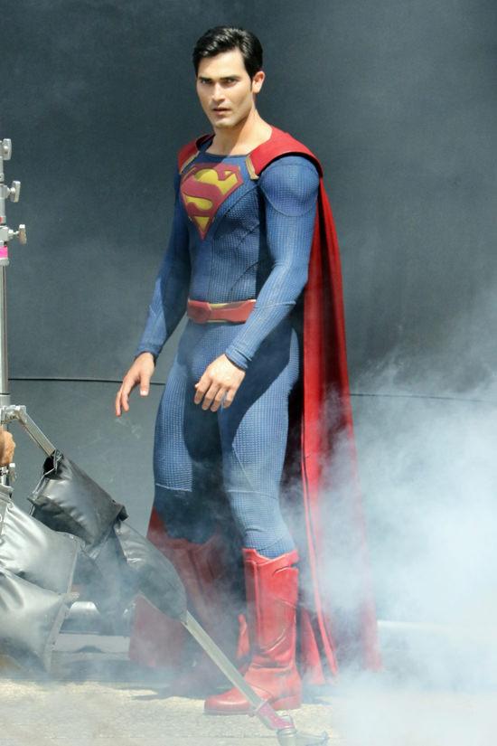 Tyler-Hoechlin-TV-Set-Supergirl-Superman-Costumes-Tom-Lorenzo-Site (2)