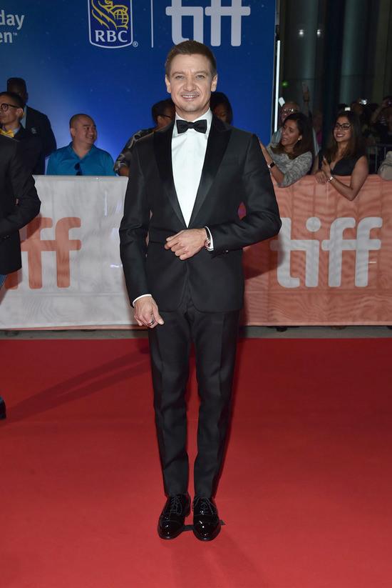 amy-adams-jeremy-renner-2016-toronto-film-festival-red-carpet-fashion-alexander-mcqueen-salvatore-ferragamo-tom-lorenzo-site-4