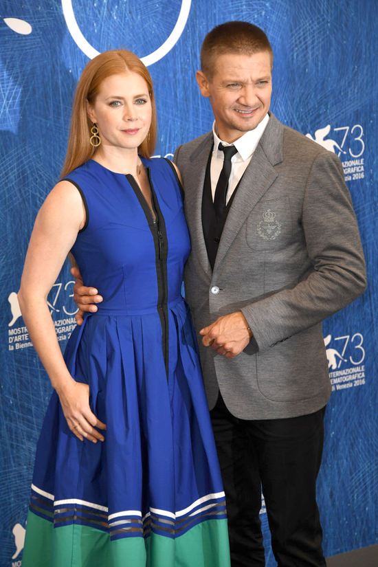 Amy-Adams-Jeremy-Renner-Arrival-Photocall-Venice-Film-Festival2016-Red-Carpet-Fashion-Fendi-Tom-Lorenzo-Site (3)