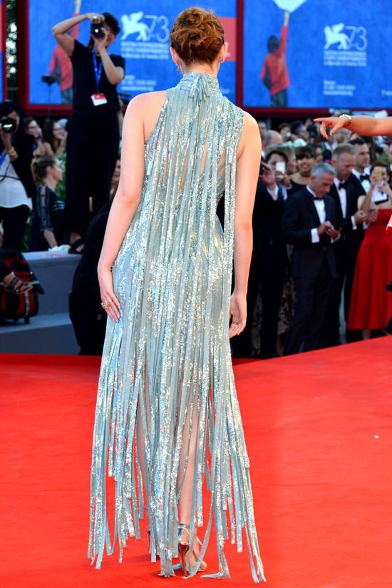 Emma-Stone-La-La-Land-Premiere-Venice-Film-Festival-2016-Red-Carpet-Fashion-Atelier-Versace-Tom-Lorenzo-Site (10)