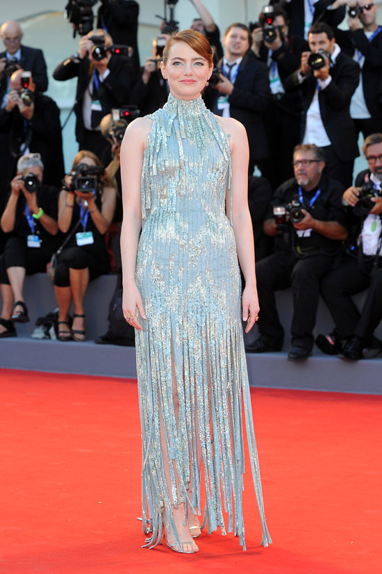 Emma-Stone-La-La-Land-Premiere-Venice-Film-Festival-2016-Red-Carpet-Fashion-Atelier-Versace-Tom-Lorenzo-Site (2)