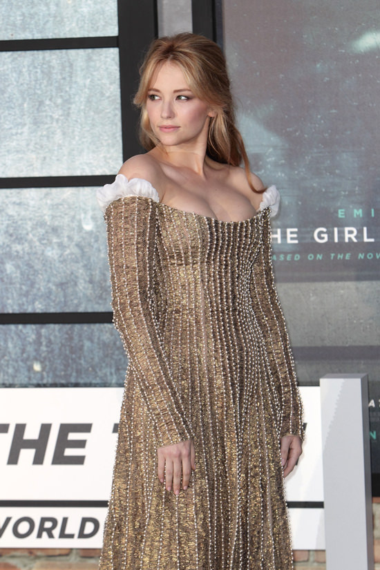 haley-bennett-the-girl-on-the-train-world-movie-premiere-red-carpet-fashion-valentino-couture-tom-lorenzo-site-2