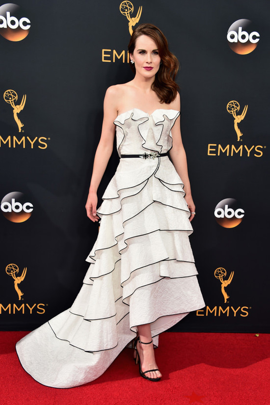 michelle-dockery-downton-abbey-2016-emmy-awards-red-carpet-fashion-oscar-de-la-renta-tom-lorenzo-site-2