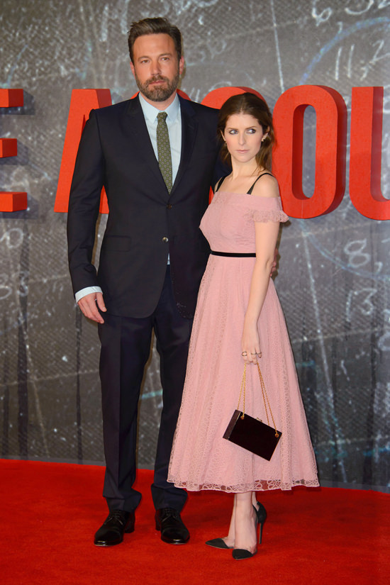 ben-affleck-anna-kendrick-the-accoutant-london-movie-premiere-red-carpet-fashion-burberry-tom-lorenzo-site-tlo-8