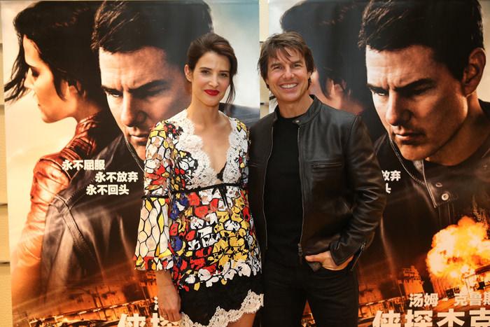 cobie-smulders-tom-cruise-jack-reacher-never-go-back-beijing-movie-premiere-red-carpet-fashion-tom-lorenzo-site-5