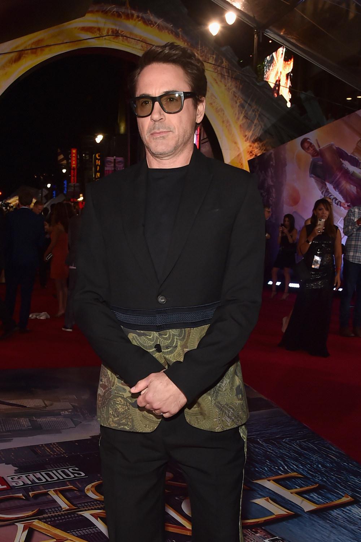 robert-downey-jr-doctor-strange-los-angeles-premiere-red-carpet-fashion-givenchy-tom-lorenzo-site-1