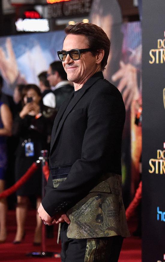 robert-downey-jr-doctor-strange-los-angeles-premiere-red-carpet-fashion-givenchy-tom-lorenzo-site-6