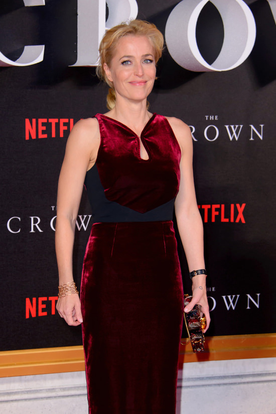 gillian-anderson-the-crown-tv-series-premiere-red-carpet-fashion-roland-mouret-tom-lorenzo-site-4