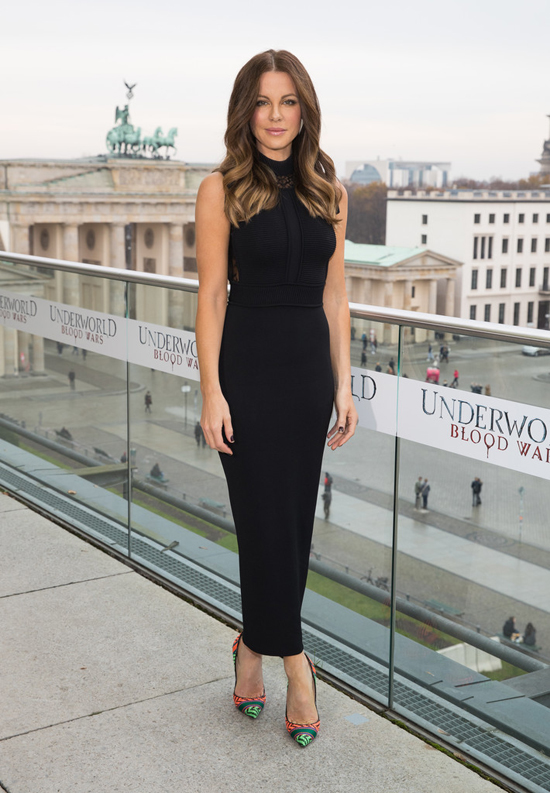 kate-beckinsale-underworld-blood-wars-photocall-berlin-red-carpet-fashion-elie-saab-tom-lorenzo-site-2
