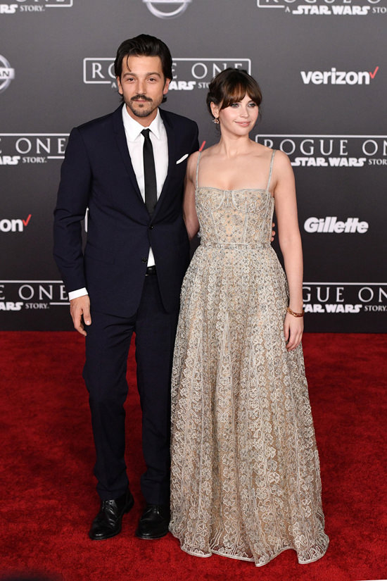 diego-luna-felicity-jones-rogue-one-a-star-wars-story-la-premiere-red-crapet-fashion-christian-dior-tom-lorenzo-site-2