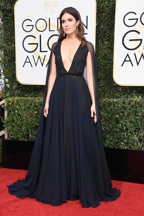 2017-golden-globe-awards-red-carpet-fashion-tom-lorenzo-site-mandy-moore